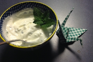 Mint and garlic sauce for burgers